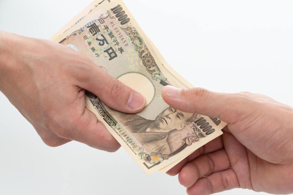 お金を受け渡す写真